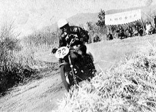 画像は「日本モーターサイクルレースの夜明け」から。250クラスで優勝したライラックに乗る伊藤史朗
