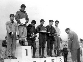 1964年第1回モトクロス日本グランプリ。50ccクラス表彰台。 1位小島松久さん、2位長谷見昌弘さん、3位黒沢元治さん、4位菅家安智さん、5位三吉一行さん、6位片山義実さん。凄いメンバーです!