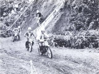 1968年第5回モトクロス日本GPの90ccクラス。先頭は山本隆さん。追う星野一義さん、吉村太一さん、木村夏也さん。
