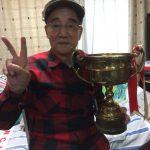 第1回浅間高原レースの準優勝カップと谷口尚己さん