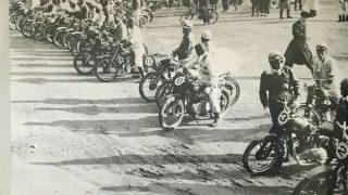 スタート前に熱田神宮に参拝する選手たち